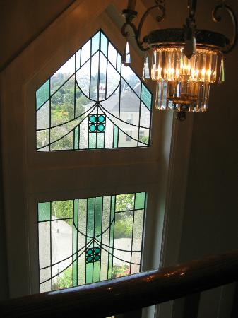 Abigail's Hotel: Window near stairs