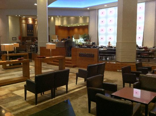 Stamford Plaza Auckland: bar looking towards reception
