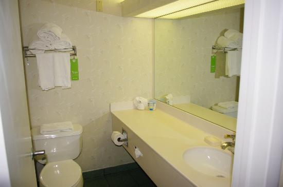 Amara Cay Resort: Bathroom - Hampton Inn