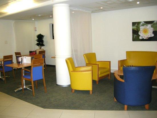 Novotel Nantes Centre Gare : Rest area near the front desk