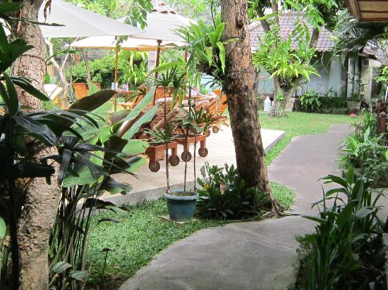 Royal Sanur: Royal Bali Beach Club: Walk way from balcony to dining