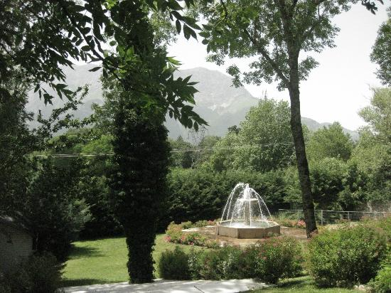 Chateau Des Herbeys : Fountain on the grounds