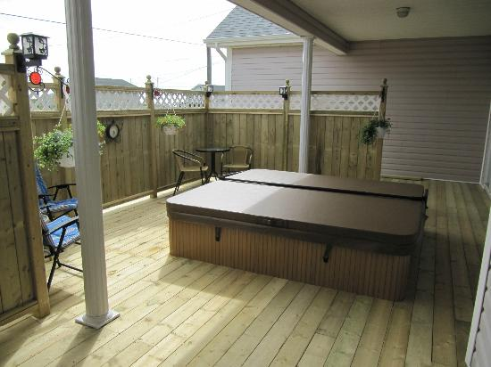 Seabreeze B & B: Rear Deck Hot tub