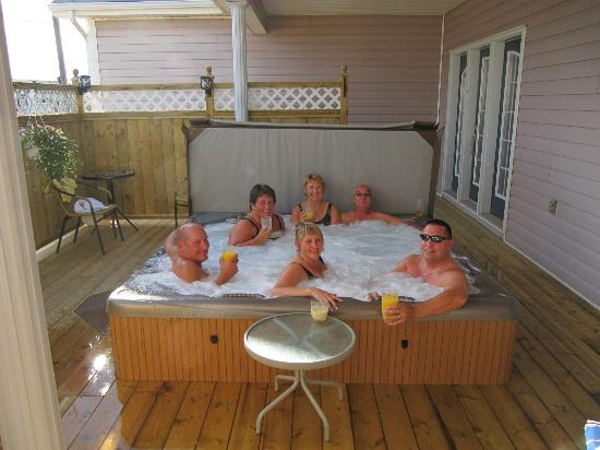 SeaBreeze Bed and Breakfast: Guests enjoying a drink in the 7 person Hot tub