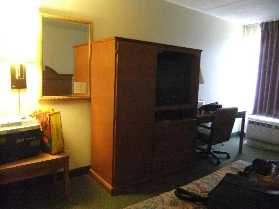 Americas Best Value Inn Moline : one side of the bedroom