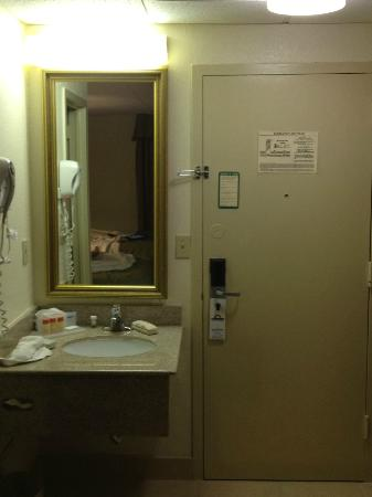 Centerstone West Chester Inn: The sink is DIRECTLY next to the door.