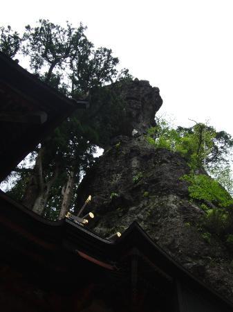 Takasaki, Japan: 神社の後ろの岩!の上に岩がのっている!?
