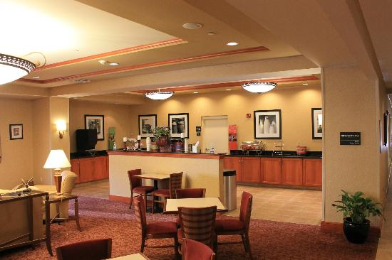 Hampton Inn Easton: Breakfast area