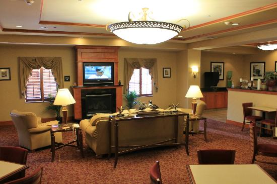 Hampton Inn Easton: Breakfast area/lounge