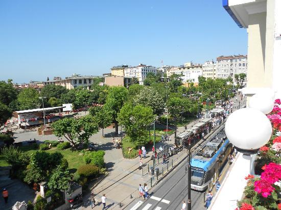 Sultanahmet Hotel: Vista do terraço onde é servido o café da manhã _ praça e Tram (transporte coletivo)