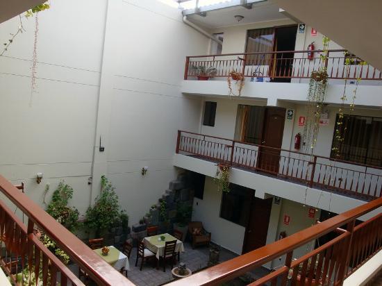 Antawasi Hotel: Dismal courtyard