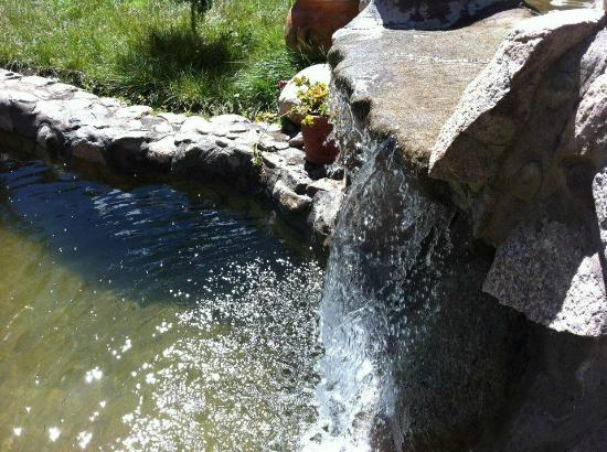 La Capilla Lodge: Waterfall in the garden