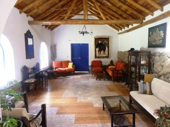 La Capilla Lodge: The Alma Pub - Living room