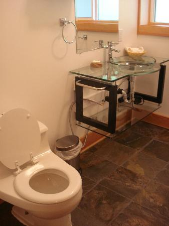The Lodge at Skeena Landing: Bathroom (Room #17)