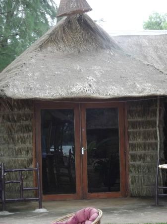 Papa Pippo Bar, Restaurant & Bungalows: Outside looking in - room