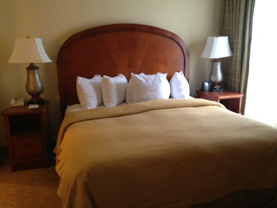 Homewood Suites by Hilton Jackson Ridgeland: FINALLY a king bed with plenty of pillows