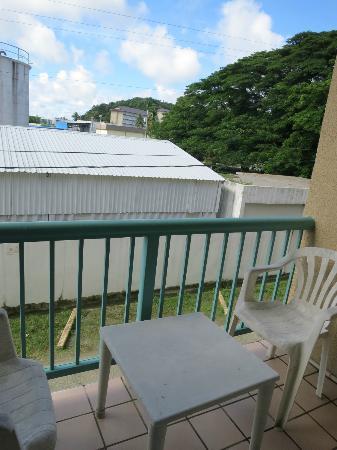West Plaza Malakal: テラス。椅子、テーブルは安っぽい...アリもちょっといた。