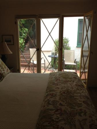 Manzanita Cottages: patio seating outside bedroom