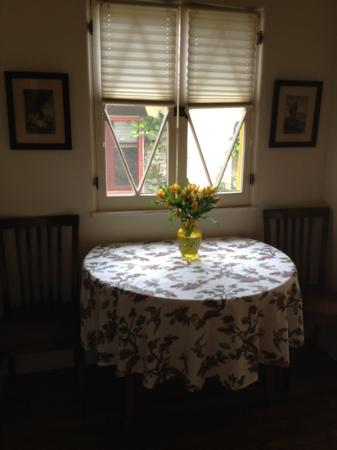 Manzanita Cottages: dining area