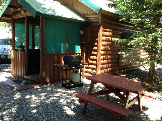 Wagon Wheel RV Campground and Cabins: grill/ picnic area/ front porch