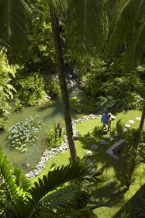 Shangri-La's Tanjung Aru Resort & Spa: Lush gardens at Tanjung Aru