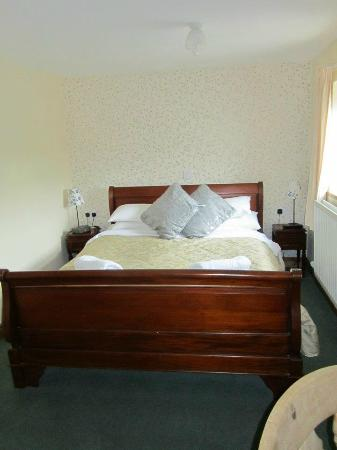 Saughy Rigg Farm: Our room was narrow, but very long. This was the most comfortable bed in all of England.