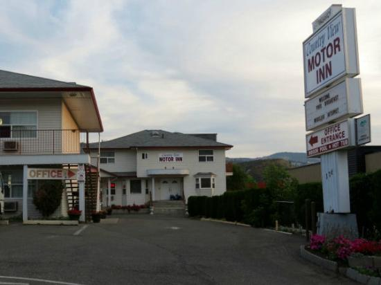 Country View Motor Inn: The view from the street
