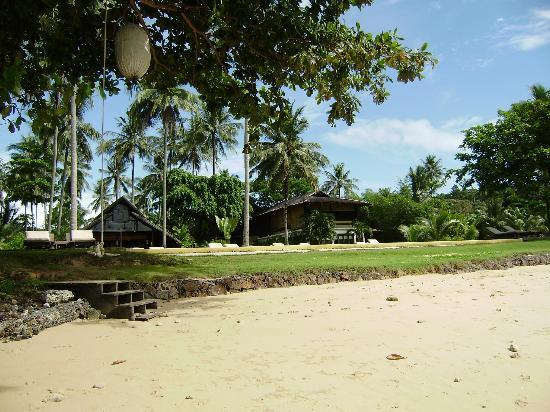 Koyao Island Resort: View of restaurant and spa from beach