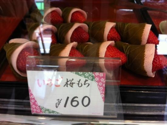 Kadohachihonten: いちごがインしている桜もち