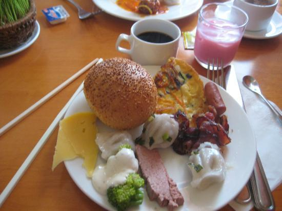 Bong Sen Hotel Saigon: Breakfast. Pate and cheese and shumai and veggies. Aw yeah.