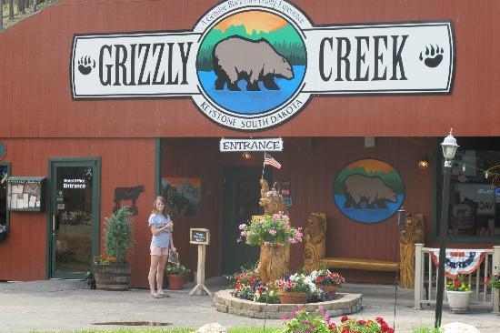 Grizzly Creek Restaurant: Grizzly Creek, July 2012. Great view of Mt. Rushmore
