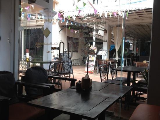 La Boulangerie-Cafe: view to lane