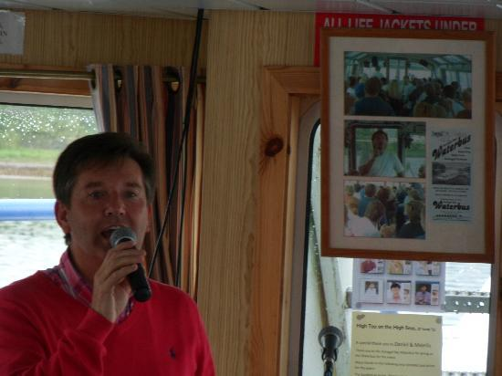 Donegal Town, Irlanda: Daniel O'Donnell sings for the passengers
