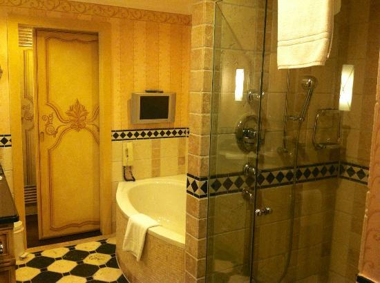 Gstaad Palace Hotel: bathroom of superior room