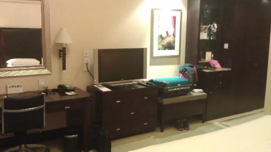 Shangri-La Hotel,Xian: Room2 - desk etc