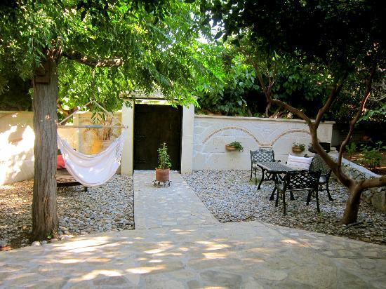 Stella's Traditional Apartments: Terrace in front of Κρήτη apartment with a barbecue