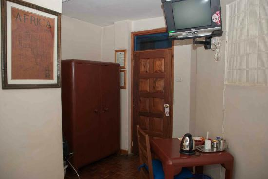 Kenya Comfort Hotel: A small room but not too cramped