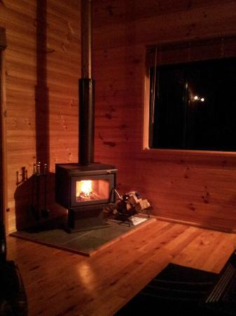 Ravensbourne Forest Chalets: The woodheater in the lounge 