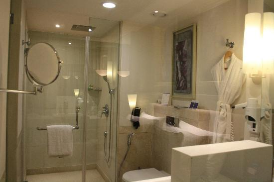 Radisson Hyderabad Hitec City : The Bathroom