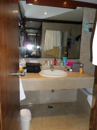 Salle de bain, baignoire. Le WC est séparé. - Picture of Club Med Da ...