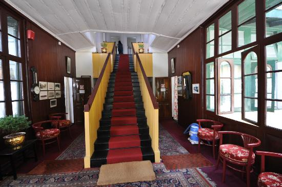 Windamere Hotel: Our famous staircase to rooms dating from 1880's
