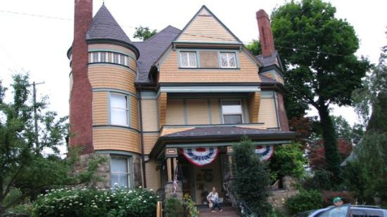 The Queen - A Victorian Bed and Breakfast: Grand Architecture