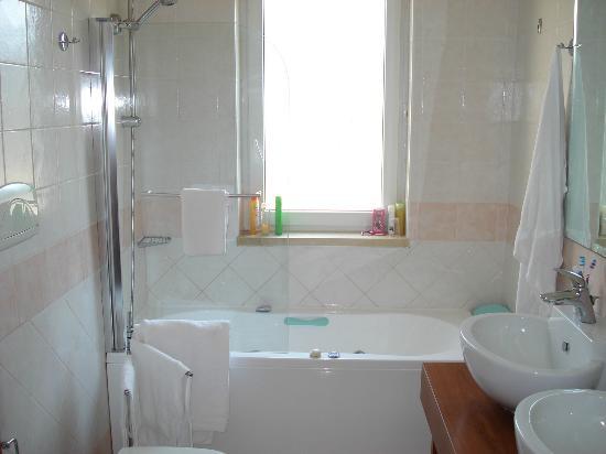 Dolmen Sport Resort: salle de bain de la suite