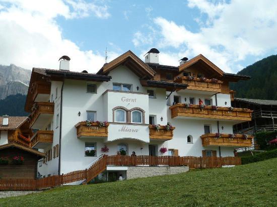 Garni Hotel Miara: Il Miara dai prati (pista sci in inverno)