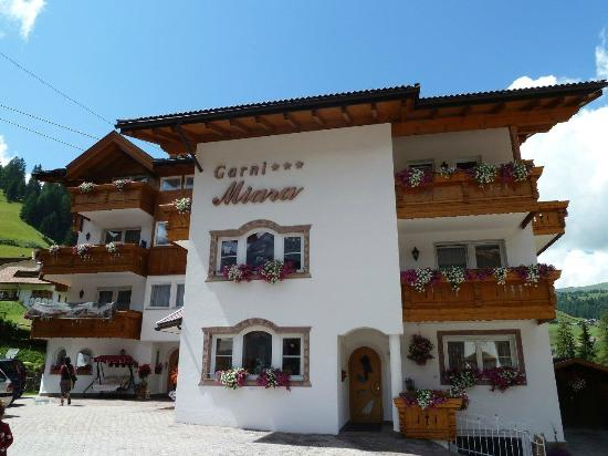 Garni Hotel Miara: Il Miara dalla strada