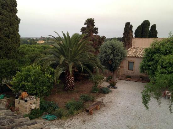 La Frescura agriturismo: The courtyard seen from the terrace