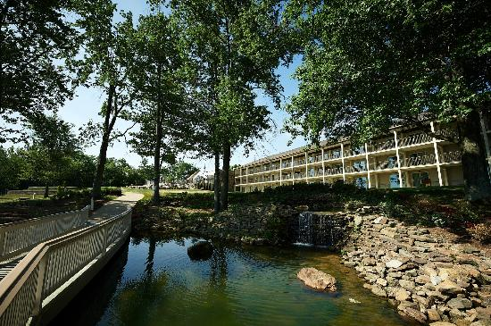 Fourwinds Lakeside Inn & Marina: Gazebo and waterfalls