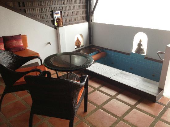L' Hacienda: terrasse/jacuzzi chambre deluxe