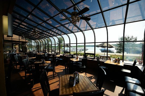 Fourwinds Lakeside Inn & Marina: Wind Jammer Grill overlooking beautiful Lake Monroe