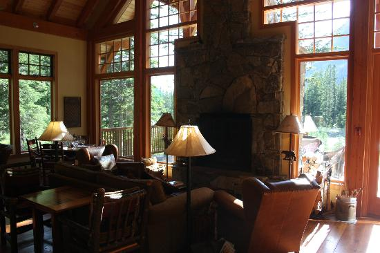 Cathedral Mountain Lodge: By the Inside Fireplase